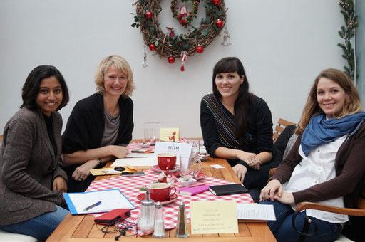 Mompreneur-Treffen, Hamburg 18. Dezember 2014, Mitte (li) Kooperationspartnerinnen Edda Cekinmez/TalentGold und Alex Schlomka/kittentoshi (re) mit drei anderen Teilnehmerinnen