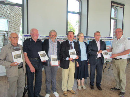 Les auteurs de l'ouvrage avec M Eric SALAÜN, Maire de Chavagnes, et Wilfrid MONTASSIER, Maire de la Rabatelière et Conseiller Général