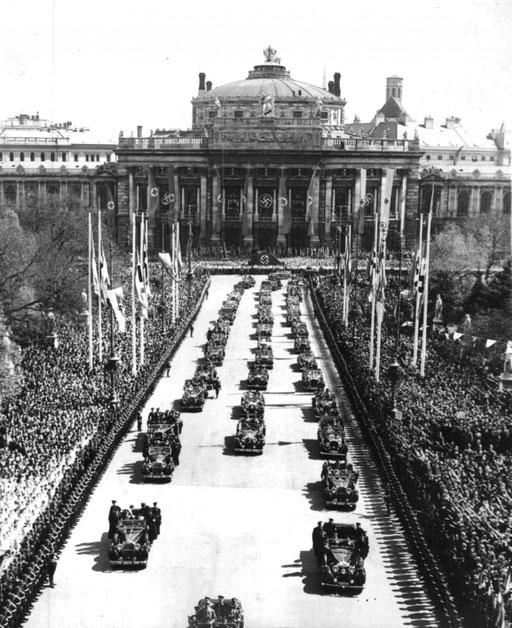 """""""Tag des Großdeutschen Reiches"""", 09. April 1938. Adolf Hitler trifft vor dem Rathaus in Wien ein; im Bildhintergrund das beflaggte Burgtheater.  Foto: Franz Blaha, ©: ÖNB Bildarchiv und Grafiksammlung"""