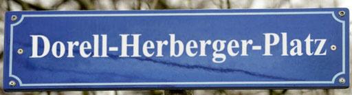 Neuer Name nach einer möglichen Umbenennung des Seppl-Herberger-Platzes in Mannheim-Waldhof, in Dorell-Herberger-Platz. ©: Memory Gaps, 2021