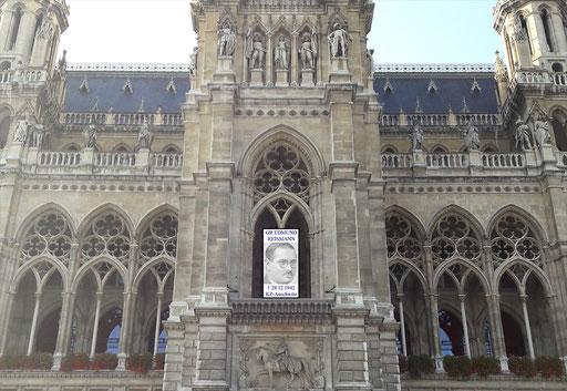 """Wiener Rathaus, Turmloggia. Gedenkinstallation, mit """"virtuell"""" bereits entferntem """"Hitler-Balkon"""". Beispielfoto Installation/Projektion © 2017 Memory Gaps ::: Erinnerungslücken"""