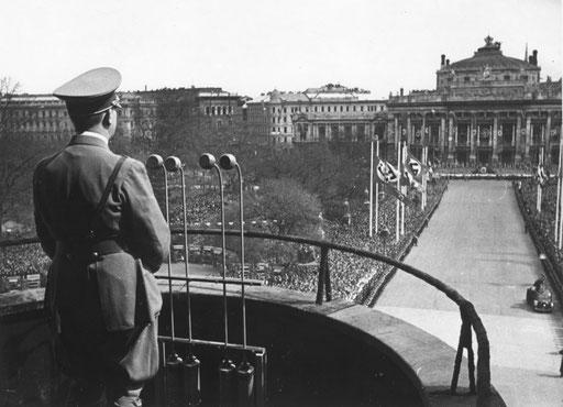 Adolf Hitler auf dem Balkon des Wiener Rathauses, am 9. April 1938. Foto: Weltbild, ©: ÖNB Bildarchiv und Grafiksammlung