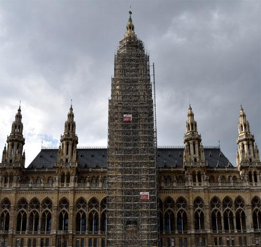 Wiener Rathaus, Hauptturm. Entwurf für eine temporäre Gedenkinstallation. Umhüllung des Gerüstes mittels bedruckbarer Sandstrahlnetze. 2019 ©: Memory Gaps