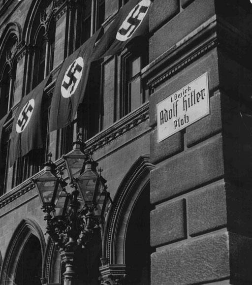 Umbenennung von Plätzen und Straßen: Tafel am Wiener Rathaus. ©: ÖNB Bildarchiv und Grafiksammlung