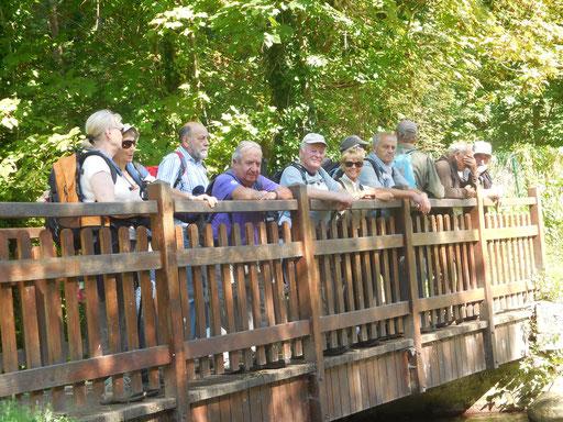 """Le groupe (sans Christiane qui prend la photo) sur le pont au dessus de """"L'Ecole"""", une façon originale de retourner à l'école !"""