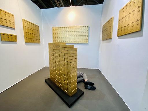 """Présentation de l'œuvre """"Étalon"""" de la série G.O.L.D au salon art3f Mulhouse."""