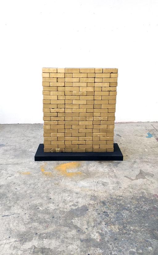 """ L'étalon "" : Building bricks, plaster, aerosol, screenprinting - 100x120x20 cm - 2021"