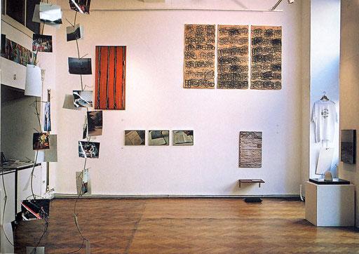 """Ausstellungsansicht """"souvenirs from"""" IG bildende Kunst, Sept. 2004, Foto dem Katalog entnommen"""