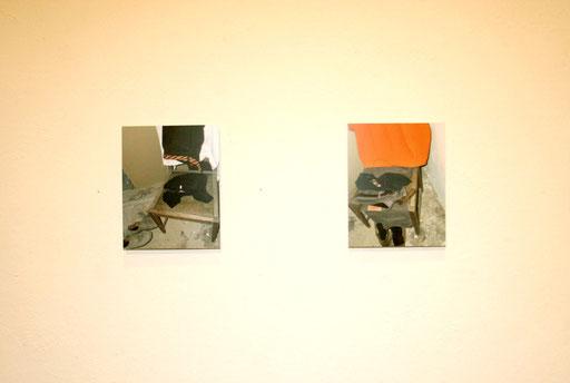 zwei der sieben Fotografien abgelegter Kleidungsstücke der nackten Männer am immer gleichen Sessel