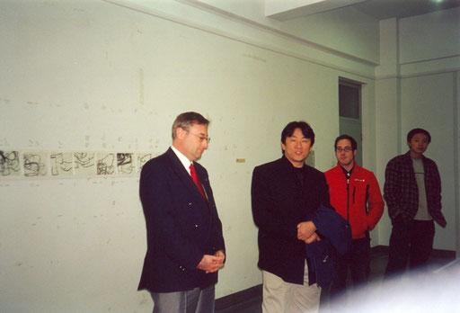 """Gruppenausstellung """"4in1"""" Academy of Fine Arts, Peking, Eröffnungsrede, im Hintergrund """"Written Shoes"""""""