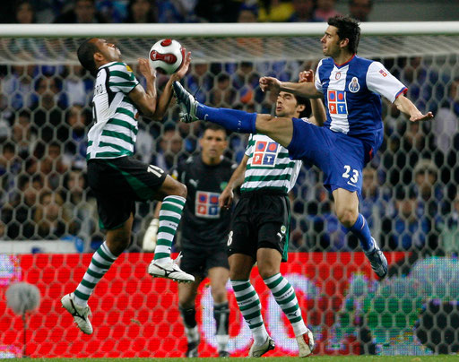 Porto's Helder Postiga (R) challenged by Sporting's Alecsandro (R) and watched by goalkeeper Ricardo and Abel during their Portuguese Premier League match at Dragon stadium in Porto city March 17, 2007.