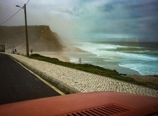 A foto é pobre, o cenário é tristonho, a atmosfera é fuzzy, mas é a minha praia.E aqui o mar com a nossa resistencia vai fazer naufragar os kovids.