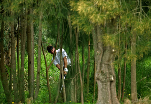 Spain's golfer Carl Suneson makes an aproach to the 11th hole during the 4th round of the Portugal Open in Penina course April 2, 2006.