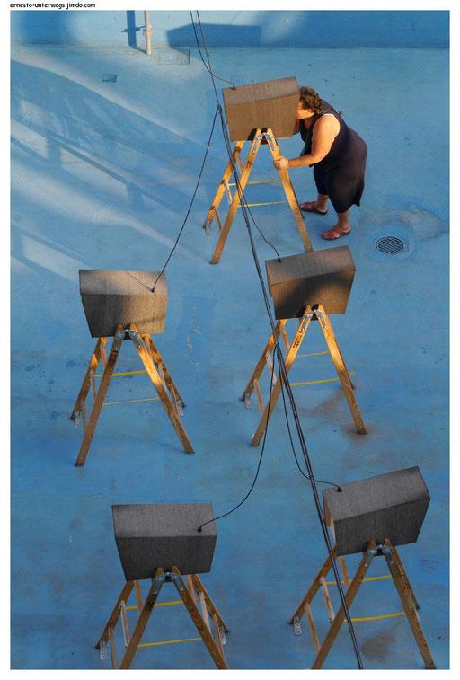 """""""Vogelkino"""", eine Installation von Thomas Macho. Hier kann man lauter Filmausschnitte mit Vögeln gucken.  Die Frau gehört nicht zur Installation."""