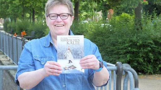 Die Hemeraner Autorin Rosa Ananitschev hat ihr zweites Buch herausgegeben. Foto: IKZ