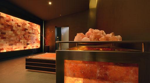 Stanza relax con parete di Sale rosa dell'Himalaya