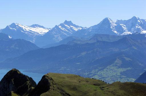 Blick vom Stockhorn auf Aeschi (unten rechts im Bild) und die Berner Oberländer Bergwelt