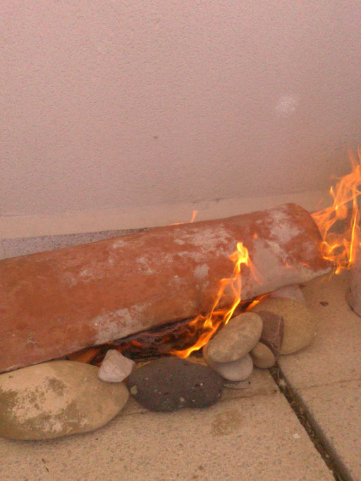 piedras, tejas y fuego.