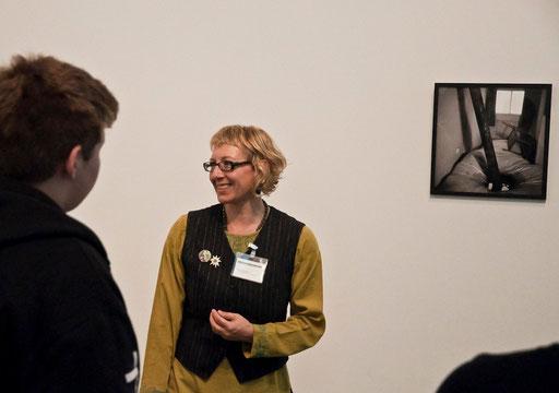 Führung einer Schulklasse 2012 vor Zeitgenössischer Kunst von Lorenz Straßl