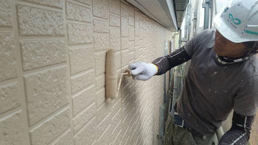 大垣市、墨俣町、安八町、瑞穂市、羽島市で外壁塗装工事中の外壁塗装工事専門店。墨俣町墨俣で外壁塗装工事/外壁塗装工事の、上塗り塗装作業中