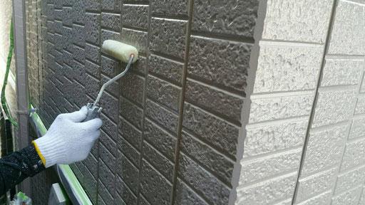 大垣市、墨俣町、安八町、瑞穂市、羽島市で外壁塗装工事中の外壁塗装工事専門店。墨俣町墨俣で外壁塗装工事/外壁塗装工事の、下塗り塗装作業中