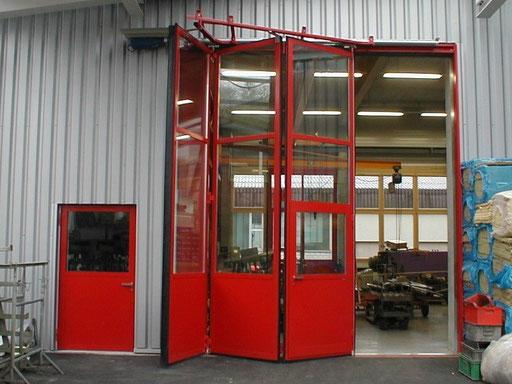 Falttor mit Servicetüre, Antrieb und nebenstehender Türe