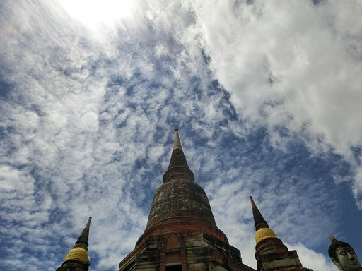 アユタヤの空!この日タイは、ベトナムを直撃した台風「USAGI」の影響で土砂降り予報だったけど。ウッチーは晴れ女なのヽ(^o^)丿