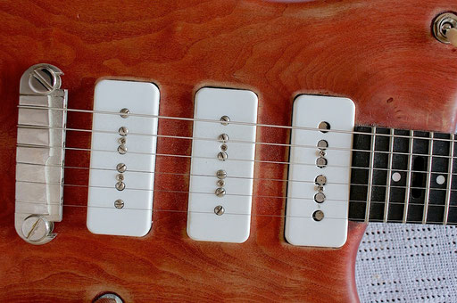 Two P-90 pickups and one pickup with a hybrid construction: P-90-style coil with 6 Fender-style rod magnets. I found these very rare WHITE P-90 covers on Ebay.