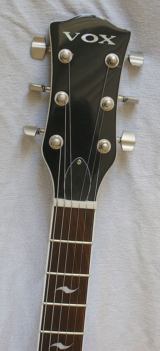 Amazing design! Nice headstock, beautiful simplicity. And look at these extremely elegant tuner knobs! They have the same wave shape like the unique fretboard inlay.