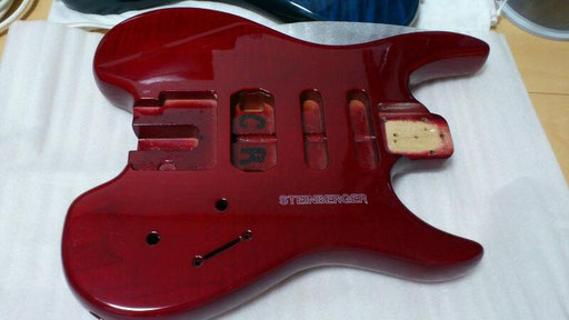 Not mine but pretty much like it. Steinberger maple body with rounded edges. Not as elegant as the early Newburgh models which had angular edges and binding. But more comfortable. click 2 enlarge