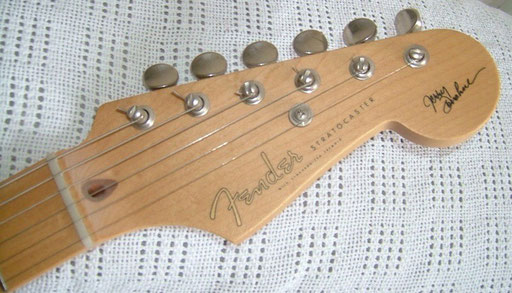 There are many Jerry Donahue signature guitars out there. The JD from Fret King, the Omniac from Peavey and at least two or three Telecasters from Fender and from the Fender Custom Shop. But this here is the only Donahue-Strat ever.