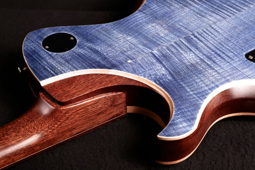 2017: The flame maple back`s rim taking up the original Sipo back from 2007 (below)