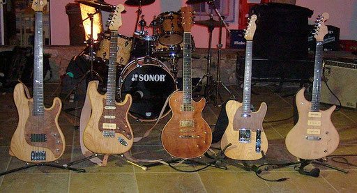 Normally at the end of the guitar building course the guitars will get an oil finish. Not mine. I knew I wanted to apply a finish at home. The other instruments were oiled and thus don`t look as pale as mine. Click...