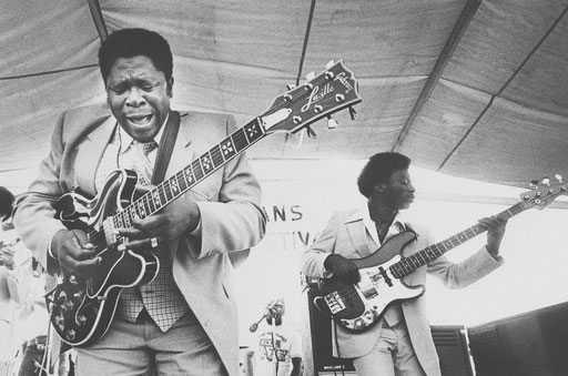 Wow! On may 15th 2015, the day B.B. King died, I found out about this spectacular Lucille model with the Les Paul Artisan inlays that the king played in the late 1970s.