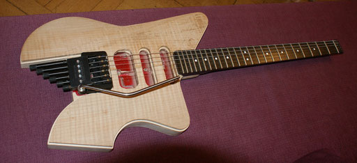 New body shape and new custom made tuners on the Steinberger S-Trem. My fingers were to fat for the original tuners. Not finished yet, of course. Still a lot of trouble ahead. Click to enlarge.