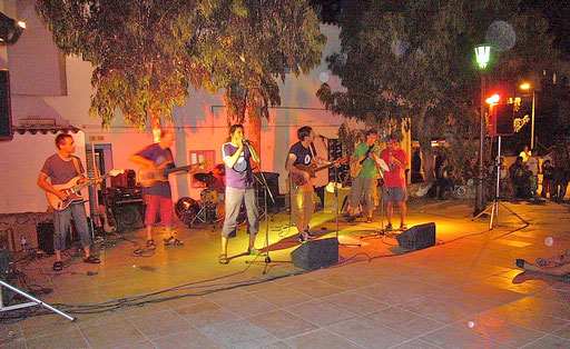 The 5 guys from the guitar building course, Ekki (out of fokus but playing very well!) and a local drummer gigging the brandnew instruments in the centre of the San Ferran village, Formentera island, Spain. This was like a dream!