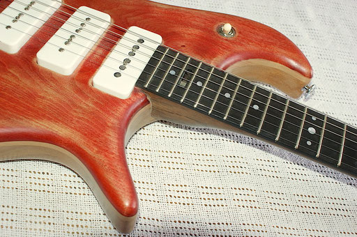 """Of course you`ll find flaws where the finish is not perfectly applied but I really like this """"worn"""" look. And after all: Some folks pay a lot of extra money for reliced, worn, aged or fucked up guitars, right?  Click to enlarge"""
