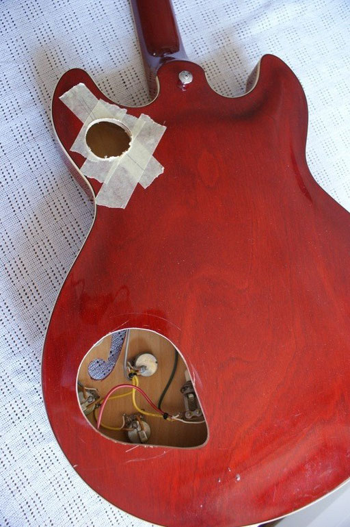 Work in progress. I want a pickup toggle on the treble horn and I want to do some experiments with the wiring. I need access and I don`t want to sell this fine guitar. Let`s spoil it then!