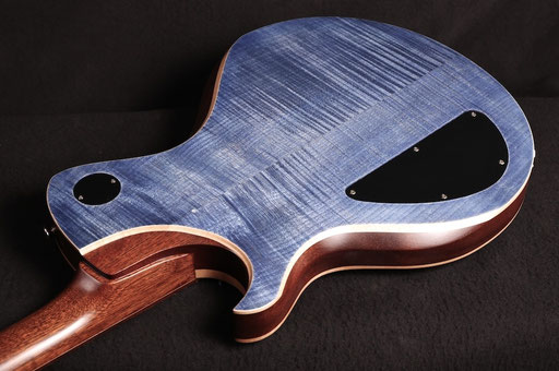 The guitar was a bit too heavy. My fault. So after 10 years Thomas Stratmann reduced the centre block, slimmed the body thickness and added this amazing flame maple back.