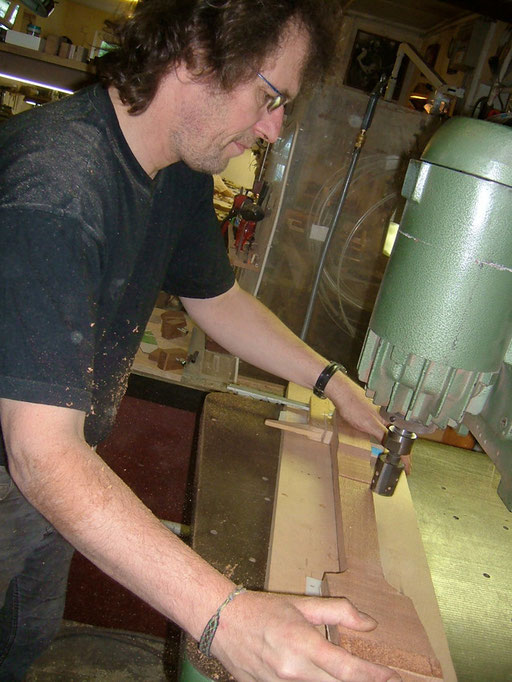 ...but first Thomas routed the neck`s and headstock`s exact thickness. Of course you can`t see how damn fast this terrible router bit is rotating.