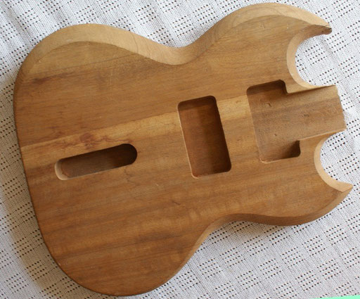 Not sure what this is. Framus, Klira, Hopf? That flat base and the bevelling look a bit like Hoyer to me... Definitely not a Gibson.