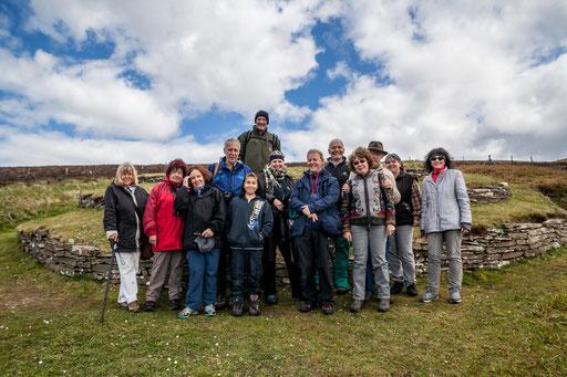 Abbildung: Unsere Gruppe vor dem letzten Cairn des Tages. Im Hintergrund ist der stufenförmige Aufbau erkennbar / © Klaus Schindl