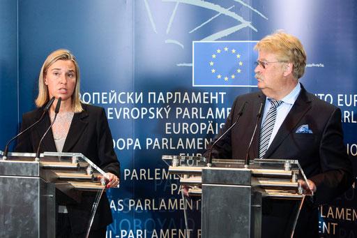 Elmar Brok mit der Hohen Vertreterin der Europäischen Union für Außen- und Sicherheitspolitik, der italienischen Außenministerin Federica Mogherini