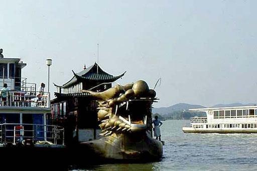 Drachenboot auf einem See in der Nähe von Peking