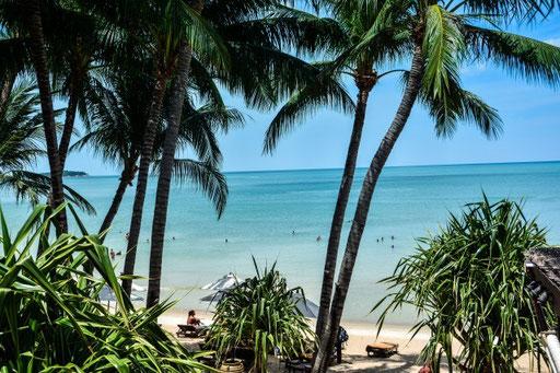 Blick vom Hotelbereich auf den Strand