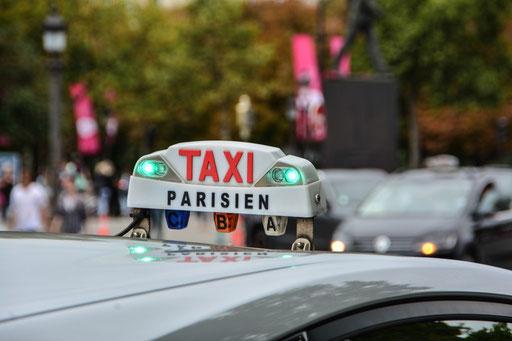 Mit einem Taxi nach Paris - Vorsichtig! Angeblich sind nicht alle Fahrer wirklich nett und fahren auch schon mal einen Umweg, außerdem sollen sie nur gegen Aufpreis eine 4. Person mitnehmen, wenn überhaupt.