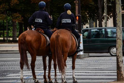 Berittene Polizei ist wahrscheinlich schneller in den Straßen von Paris unterwegs als mit dem Auto