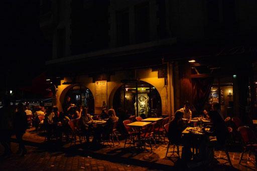 Überall am Place du Tertre gibt es kleine Bars, Bistros, Restaurants und Cafes