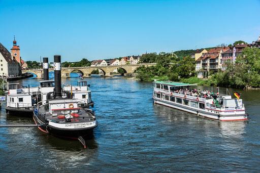 Donauschifffahrt/Im Hintergrund die Steinerne Brücke
