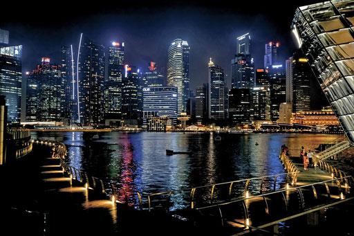 Singapur von der Seite des Marina Bay Sands Hotels aus gesehen. Die Metro ist sehr einfach strukturiert und von A nach B zu kommen ist mehr als einfach. Plan besorgen, Wochenpass kaufen und los gehts...